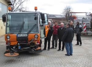Vor wenigen Tagen ist die neue Kehrmaschine im Bauhof eingetroffen. Die Freie-Wähler-Fraktion hat das neue Fahrzeug unter die Lupe genommen.