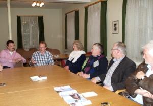 Kandidaten der Freien Wähler, Kirchengemeinderäte von Schura und der Ortsvorsteher saßen an einem Tisch, um über aktuelle Schuraer Themen zu diskutieren.