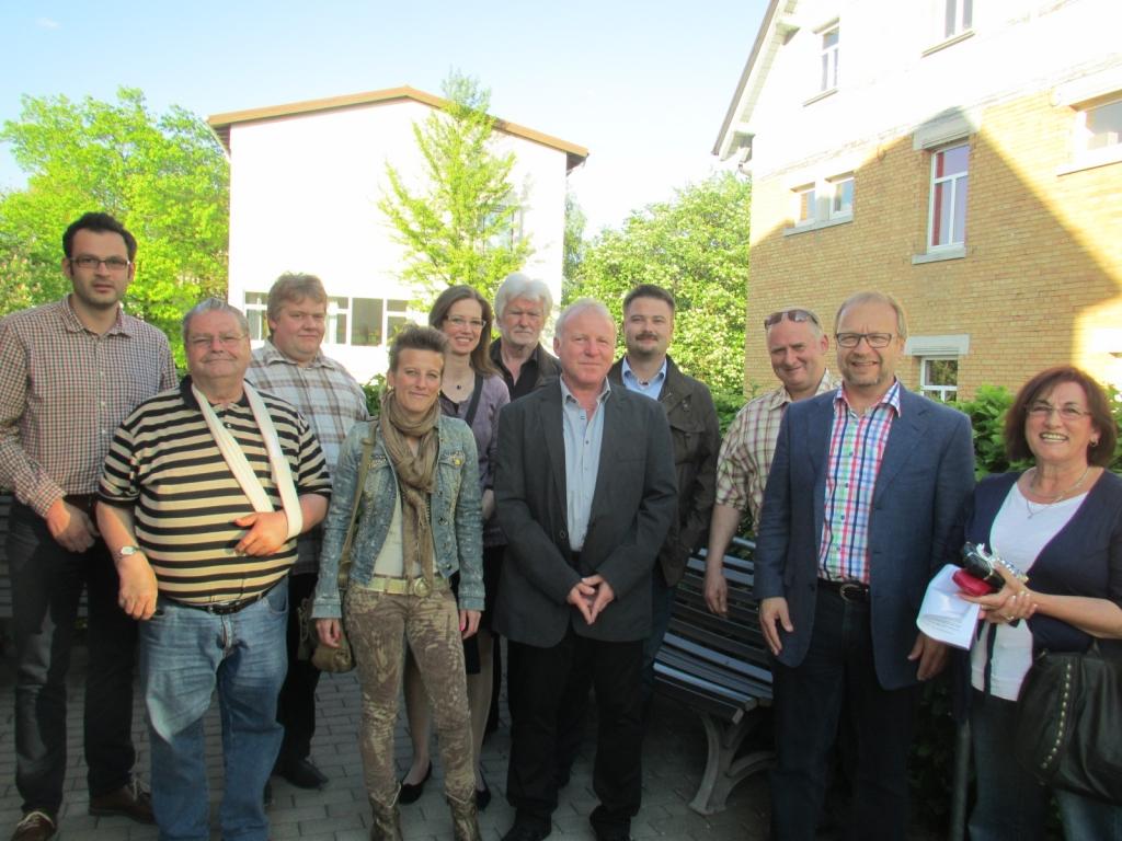 Eine Gruppe der FW-Kandidaten überbrachte den Erlös aus dem Betrieb des Wahllokals dem Förderverein Dr. Karl-Hohner-Heim. Die Spende wird für eine Beschattungsanlage  verwendet.
